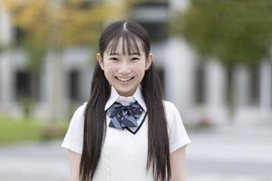 微笑む女子高校生のポートレートの写真素材 [FYI04793160]