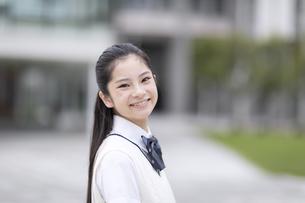 微笑む女子高校生のポートレートの写真素材 [FYI04793162]
