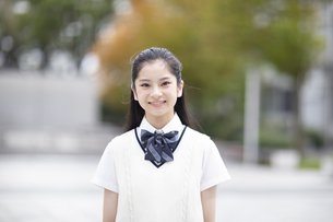 微笑む女子高校生のポートレートの写真素材 [FYI04793164]