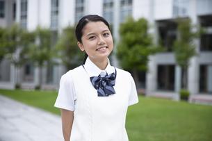 微笑む女子高校生のポートレートの写真素材 [FYI04793166]