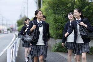 仲良く登校する高校生の写真素材 [FYI04793176]