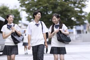 仲良く登校する高校生の写真素材 [FYI04793185]