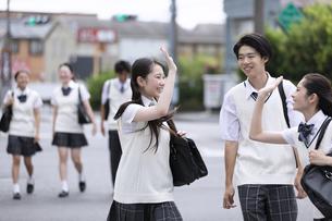 仲良く登校する高校生の写真素材 [FYI04793186]