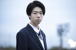 カメラ目線の男子高校生の写真素材 [FYI04793188]