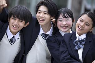 友達と笑顔の高校生の写真素材 [FYI04793195]