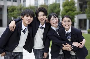 友達と笑顔の高校生の写真素材 [FYI04793197]