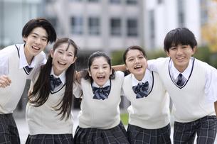 友達と笑顔の高校生の写真素材 [FYI04793200]