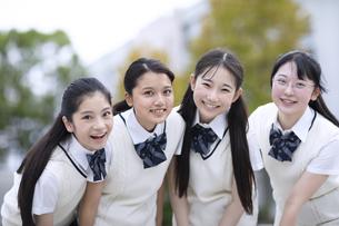 友達と笑顔の女子高校生の写真素材 [FYI04793203]
