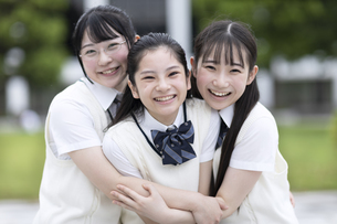 友達と笑顔の女子高校生の写真素材 [FYI04793204]