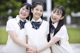 友達と笑顔の女子高校生の写真素材 [FYI04793205]