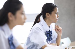 授業を受ける女子高校生の写真素材 [FYI04793213]