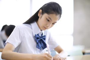 授業を受ける女子高校生の写真素材 [FYI04793219]