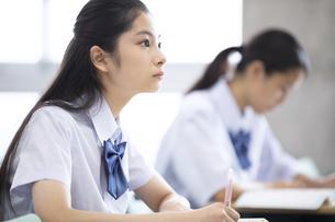 授業を受ける女子高校生の写真素材 [FYI04793221]
