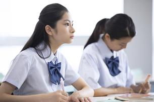 授業を受ける女子高校生の写真素材 [FYI04793222]