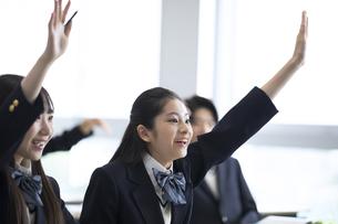 授業で手を上げる高校生の写真素材 [FYI04793241]