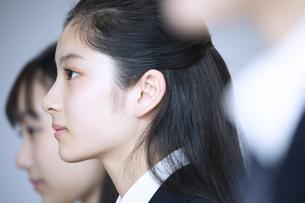 前を向く女子高校生の横顔の写真素材 [FYI04793259]