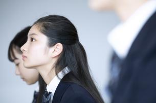 前を向く女子高校生の横顔の写真素材 [FYI04793260]
