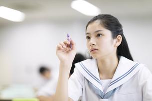 ペンで前を指す女子高校生の写真素材 [FYI04793267]
