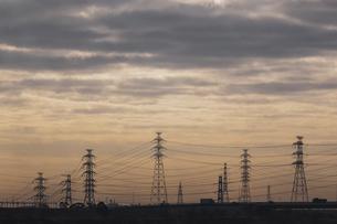 送電用鉄塔のシルエットの写真素材 [FYI04793272]