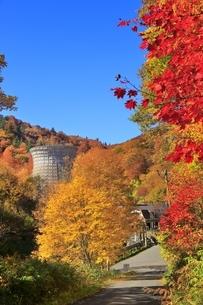 松川地熱発電所と紅葉の写真素材 [FYI04793305]
