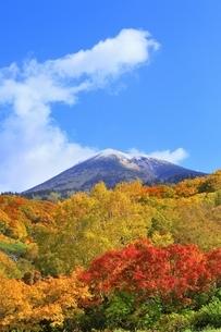 酸ヶ湯の紅葉と八甲田山の写真素材 [FYI04793318]