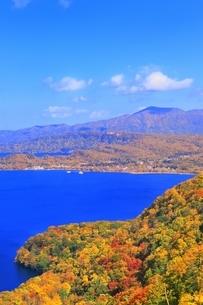 発荷峠より十和田湖の紅葉の写真素材 [FYI04793356]