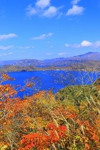 発荷峠より紅葉と十和田湖の写真素材 [FYI04793358]