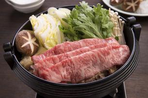 すき焼き 黒毛和牛ロース肉のすき焼きの写真素材 [FYI04793550]
