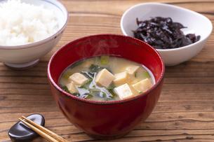 味噌汁(豆腐とわかめ)の写真素材 [FYI04793576]