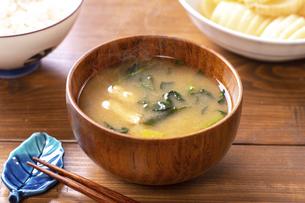 味噌汁(ほうれん草と油揚げ)の写真素材 [FYI04793580]