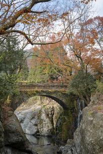 奥耶馬渓~魔林狭の紅葉(念仏橋)の写真素材 [FYI04793733]