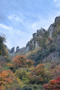 深耶馬渓~一目八景の紅葉(夫婦岩)の写真素材 [FYI04793768]