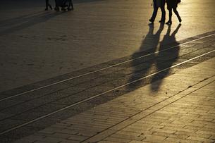 夕日に照らされる広場の写真素材 [FYI04794093]