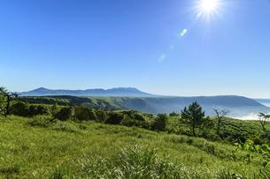 高原植物 阿蘇山(阿蘇五岳)美しい空と雲海の写真素材 [FYI04794133]