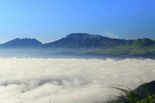 阿蘇五岳(阿蘇山)を背景に雲海の隙間模様風景の写真素材 [FYI04794159]
