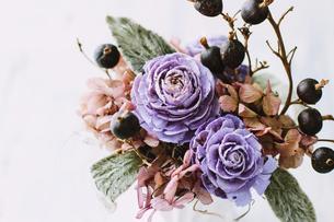 パープルの花がメインのフラワーアレンジメントの写真素材 [FYI04794390]