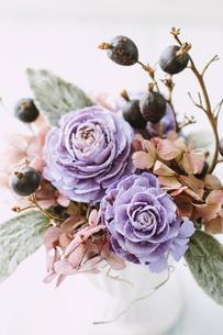 パープルの花がメインのフラワーアレンジメントの写真素材 [FYI04794398]