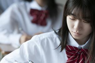 教室で授業を受ける女子学生の写真素材 [FYI04794408]