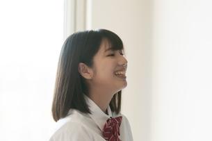 教室で微笑む女子学生の写真素材 [FYI04794458]