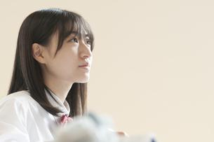 教室で授業を受ける女子学生の写真素材 [FYI04794466]