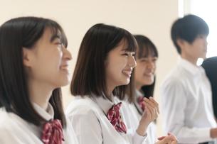 教室で笑う学生の写真素材 [FYI04794474]