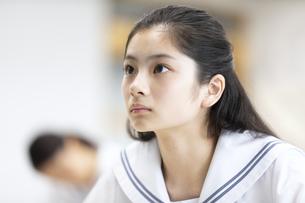 授業中の女子高校生の写真素材 [FYI04794558]
