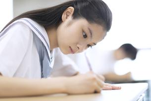テストを受ける女子高校生の写真素材 [FYI04794562]