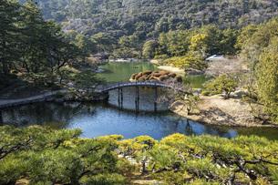 栗林公園(飛来峰より)の写真素材 [FYI04794613]