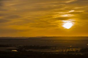 沈む太陽のオレンジ色の日差しに染まる釧路湿原の風景の写真素材 [FYI04794621]
