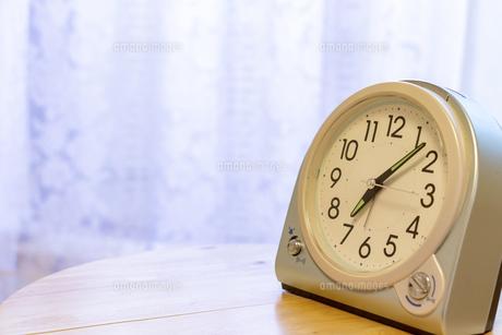 窓際の置き時計の写真素材 [FYI04794679]