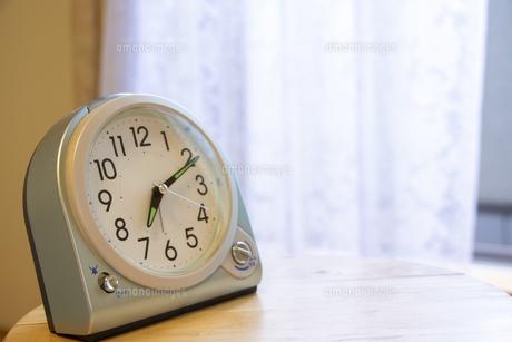 窓際の置き時計の写真素材 [FYI04794680]