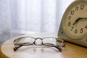置き時計と眼鏡の写真素材 [FYI04794683]
