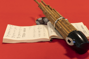 雅楽の笙と楽譜の写真素材 [FYI04794755]