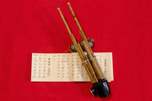 雅楽の笙(しょう)と楽譜の写真素材 [FYI04794757]